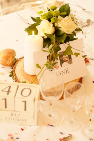 Planning a wedding in France: Wedding centrepieces wooden rounds green and white age of bride and groom